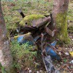 Auto zwischen Bäumen eingeklemmt