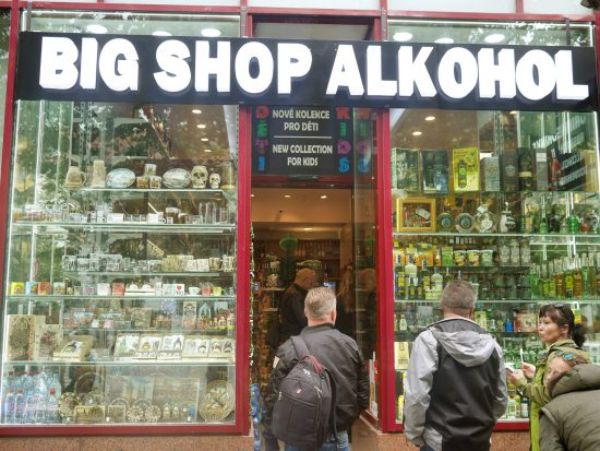 Geschäft für Alkohol in Prag mit Kinderkollektion